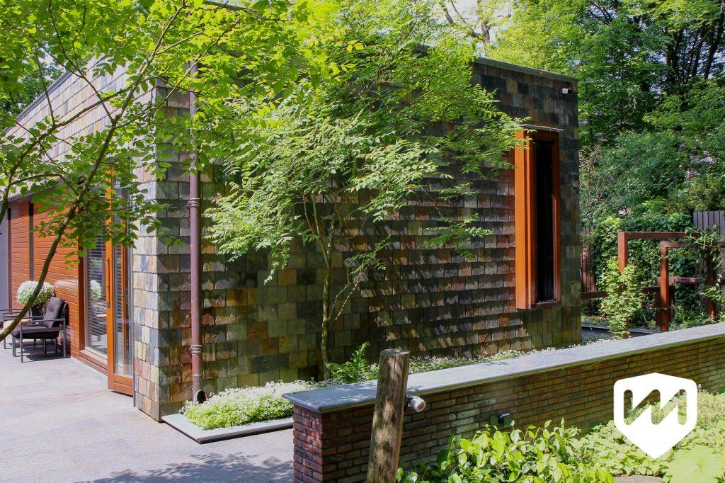 Natuur en architectuur vinden elkaar moeiteloos in deze natuurlijke bostuin. Tuinarchitect door Van Mierlo Tuinen.