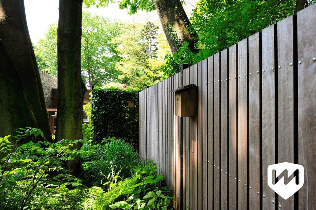 Natuurrijke tuin vindt op een fraaie manier aansluiting bij de beboste omgeving. Tuinarchitect Van Mierlo Tuinen