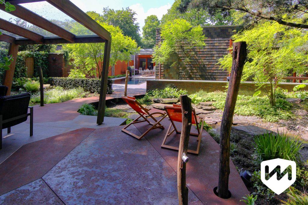 een plek om te ontspannen en op te laden bij de natuurlijke waterloop van zwerfstenen. Tuinarchitect Van Mierlo Tuinen