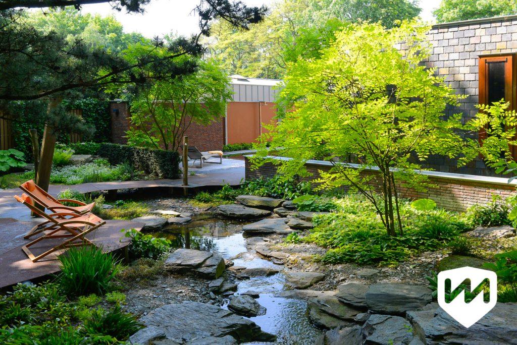Natuurlijke waterloop met zwerfstenen in luxe bostuin. Tuinarchitect Van Mierlo Tuinen.