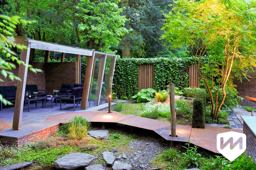 markant tuin paviljoen. tuinarchitectuur. pad van roestige platen in luxe bostuin. Tuinarchitect Van Mierlo Tuinen.