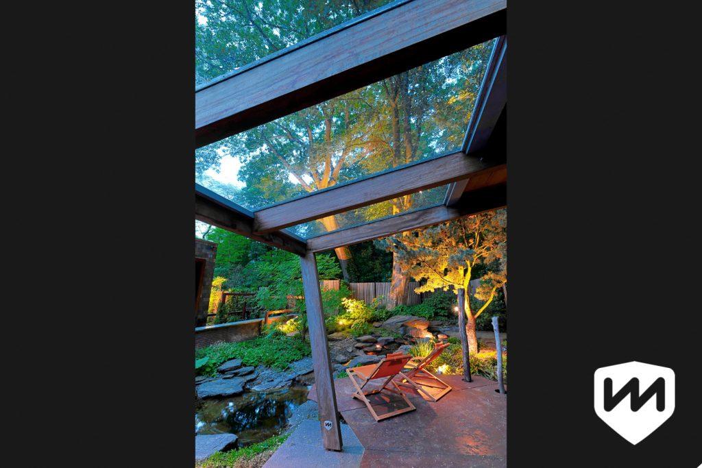 markant tuin paviljoen. tuinarchitectuur. Overkapping met glas en hout in luxe bostuin. Tuinarchitect Van Mierlo Tuinen.