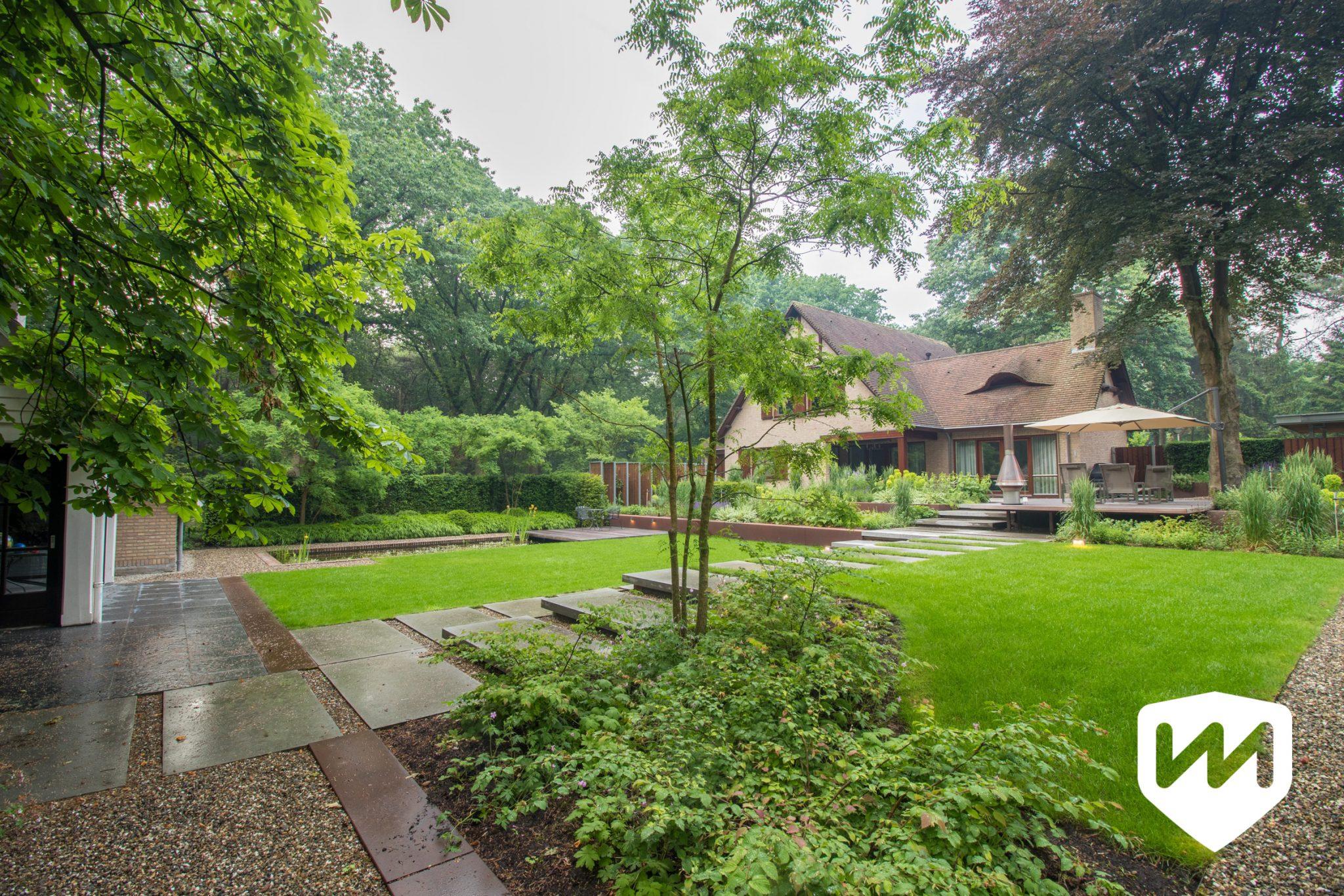 Moderne bostuin met hoogte verschillen van mierlo tuinen